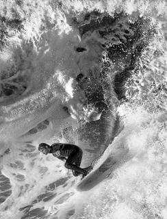 Actionportrait eines bekannten Surfers