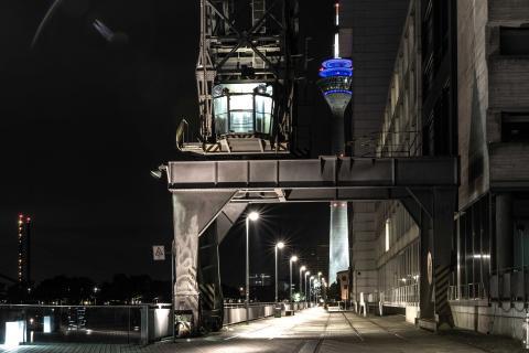 Monster und Rheinturm bei Nacht