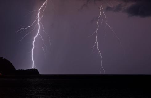 Blitze über das Meer