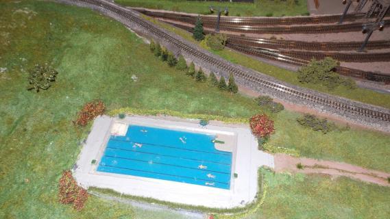 Swimmingpool bei den Gleisen