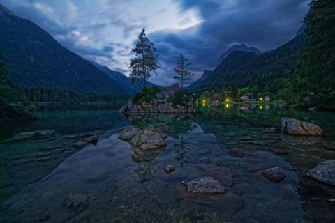 blaue Stunde am Hintersee in Berchtesgaden