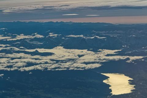 Berglandschaft mit See aus der Luft