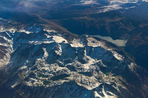 Berg mit zwei Seen aus der Luft