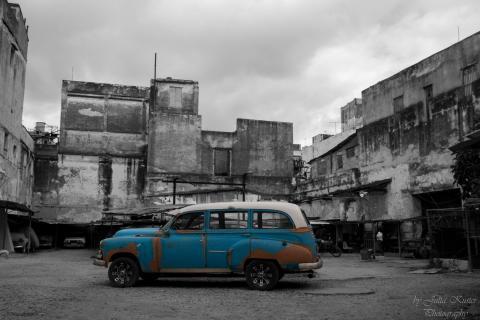blauer Oldtimer in Hinterhof