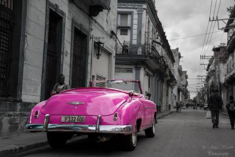 pinker Oldtimer in Havanna