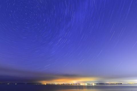 Sternspuren über dem See