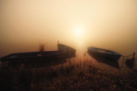 Boote im Nebel