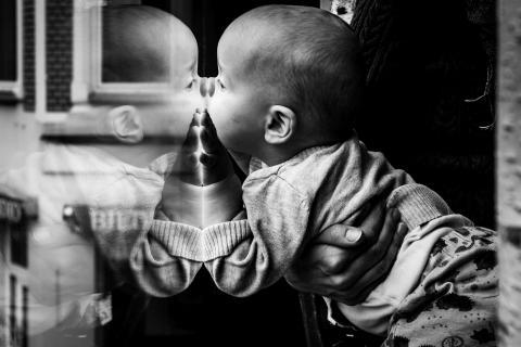 Baby entdeckt Scheibe