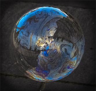Spiegelung in einer Seifenblase