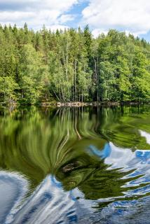 Seenlandschaft in Südschweden mit fantasievoller Spiegelung
