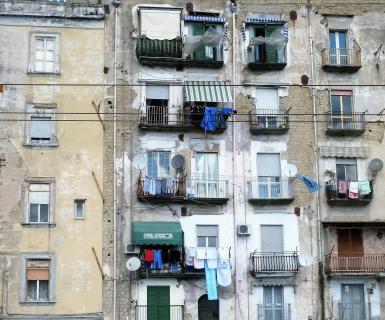 Fassade am Hafen von Neapel
