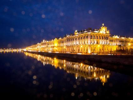 Eremtiage mit Goldstaub bei Nacht