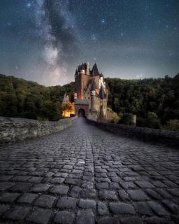 Burg Eltz mit der Milchstraße
