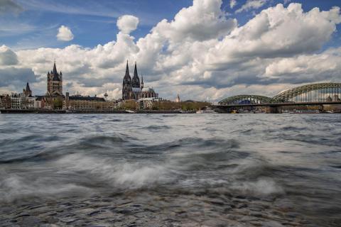 Köln in der Brandung