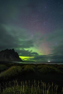 Polarlichter und Milchstraße am Vestrahorn auf Island