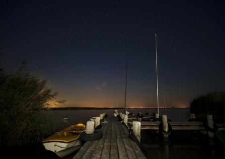 Bootssteg unterm Sternenhimmel