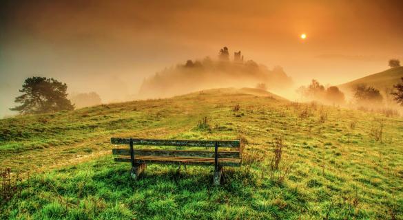 Sonnenaufgang bei Nebel an der Ruine Bechthal