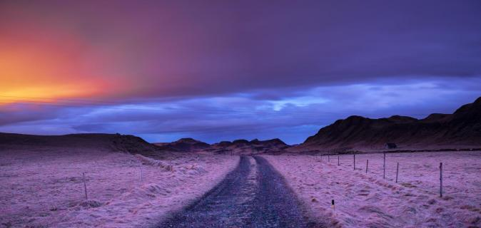 Island bei Nacht mit mystischem Licht