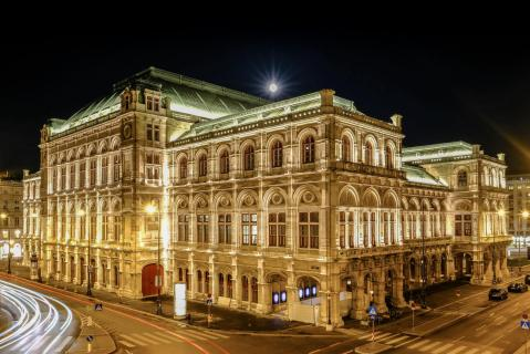 Wiener Oper bei Vollmond