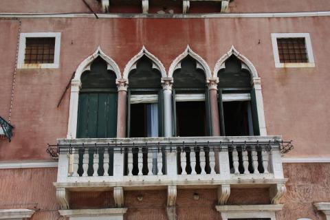 Fenster mit Balkon
