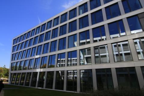 blaues Bürogebäude