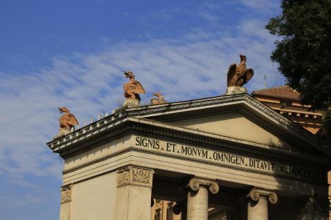 Steinvögel auf dem Dach