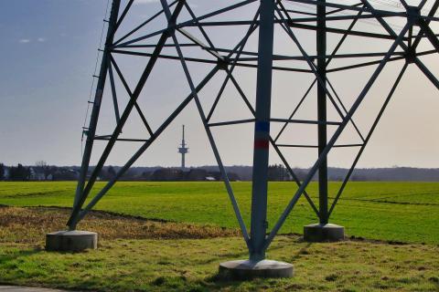 Strommast mit Funkturm im Hintergrund.IMG 9577LU