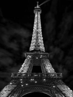 Der Eiffelturm in der Nacht als Schwarz-Weiß-Foto.