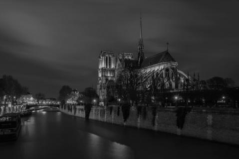 Kathedrale Notre-Dame de Paris und die Seine bei Nacht.