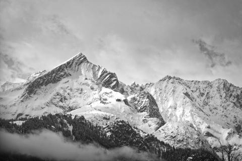 Bergrücken mit Wolken