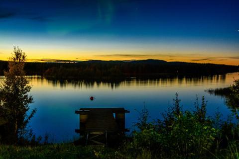 Finnland - Sonnenuntergang mit Polarlicht am Inari-See