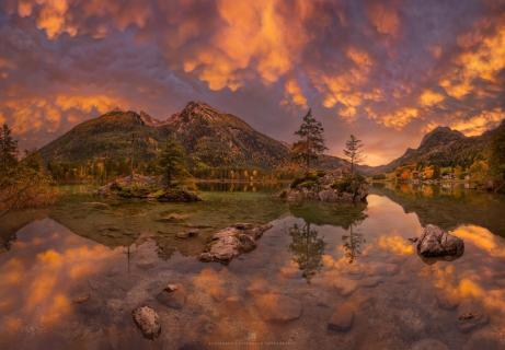 Leuchtende Mammatuswolken über dem Hintersee