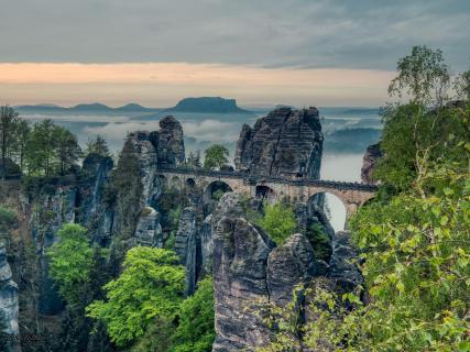 Bastei Brücke im Morgennebel