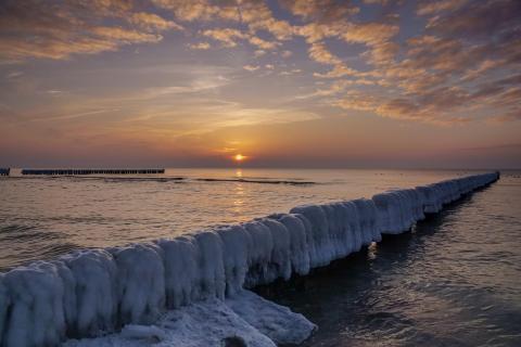 frostige Ostsee mit schönen Sonnenuntergang