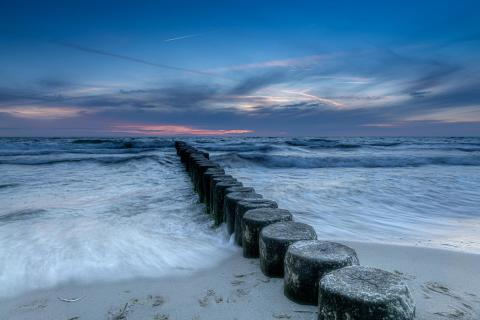 stürmische Ostsee mit phantastischen Sonnenuntergang