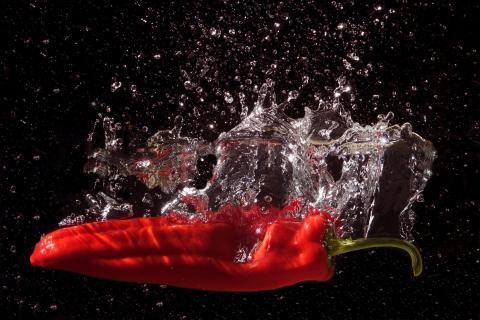 Chillischote fällt ins Wasser