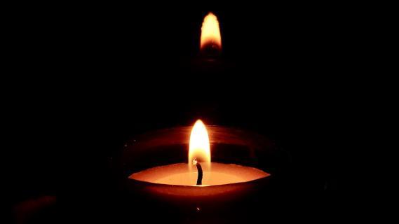Kerzenschein bei Dunkelheit
