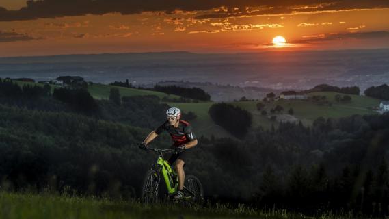 Mountainbiken bei Sonnenuntergang