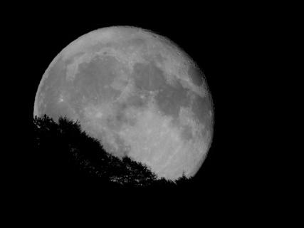 Mondaufgang in Bellinzona (Schweiz)