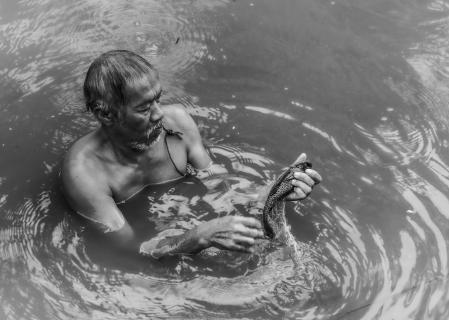 Fischer im Verseuchtem Flussbett
