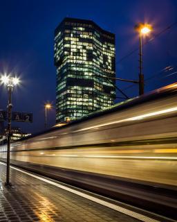 Zugvorbeifahrt vor Prime Tower in Zürich