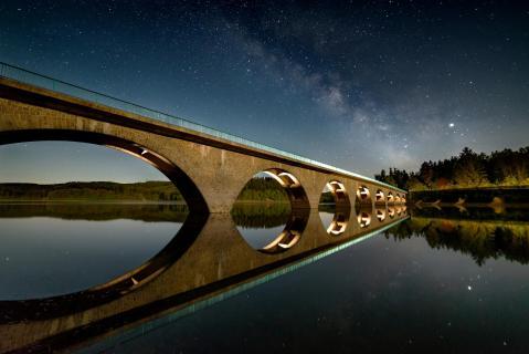 Brücke im Spiegel