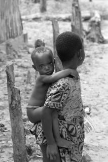 Mädchen mit ihrem Bruder auf ihrem Rücken