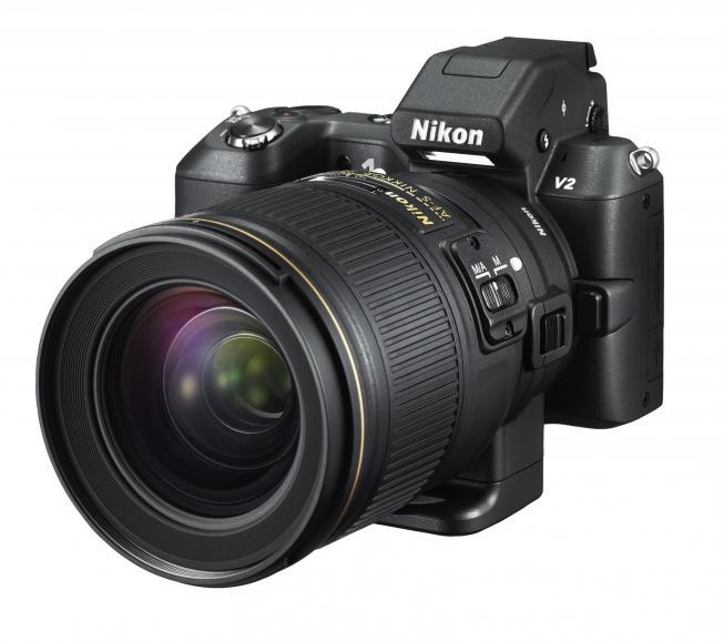 Nikon 1 V2_Mit aufgesetztem Nikkor-Objektiv aus dem SLR-System