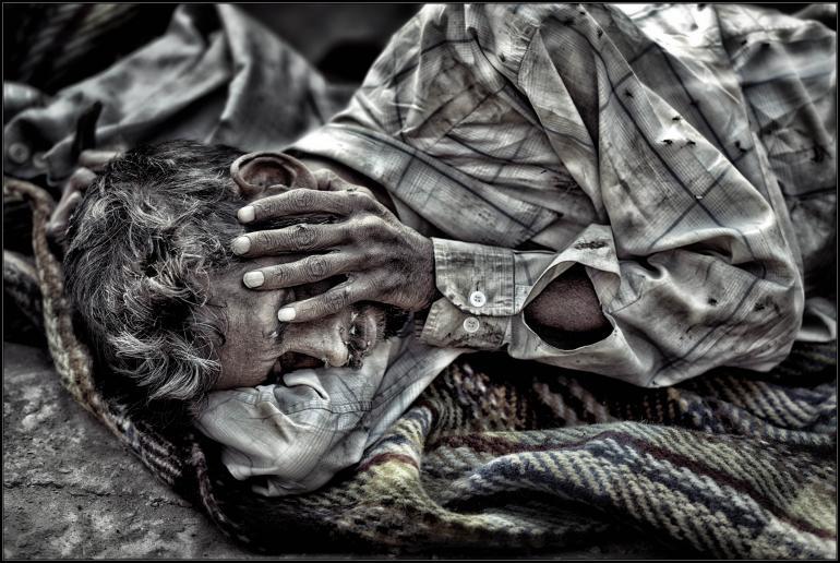IDEE: Dem Elend kann man in Indien nur selten ausweichen. Hier ein berührendes Porträt aus Alt Delhi, das mehr durch das Motiv als durch die GESTALTUNG überzeugen kann. Gestaltung: Keine besonders spannende Perspektive. Und auch die Haltung des Mannes würde keine Geschichte erzählen. Aber das erledigen zuverlässig die Fliegen, die den Schlafenden belagern und zeigen, dass er sich nicht mehr wehren kann. TECHNIK: Freihand im leichten Tele und die Kontraste auf die Fliegen hin optimiert.