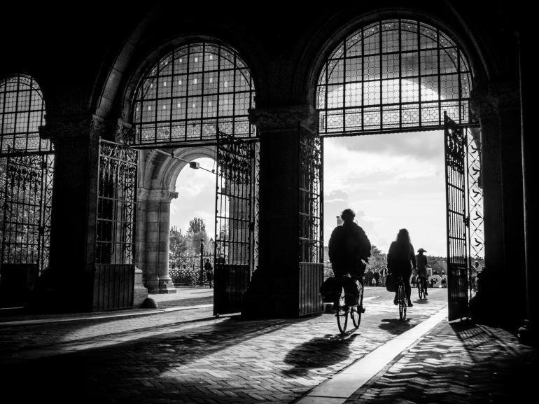 IDEE: Am späten Nachmittag fällt am Rijksmuseum in Amsterdam das Licht durch den Torbogen. Zusammen mit den Radfahrern bildet das Licht-Schattenspiel eine scheinbar aus der Zeit gefallene Momentaufnahme. GESTALTUNG: Der niedrige Standpunkt lässt die Radfahrer zur Geltung kommen – das Gegenlicht kann sich entfalten. Eine Korrektur der stürzenden Linien hätte das Bild strenger komponiert, eventuell wäre aber etwas von der Dynamik verloren gegangen. TECHNIK: Freihand und auf den Knien.