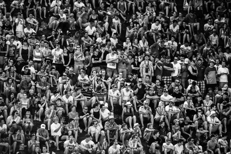 IDEE: Eine banale Idee – mit interessantem Effekt: Statt das Event zu fotografieren, nahm der Fotograf die Zuschauer auf. Und schuf so ein Gruppenbild der besonderen Art. GESTALTUNG: Der enge Ausschnitt zeigt nur die Menschen, ohne Hintergrund und ohne Umgebung. So werden die Personen zu einem grafischen Ensemble verdichtet. TECHNIK: Fotografiert bei einem Motocross-Rennen bei München in einer kleinen Pause.