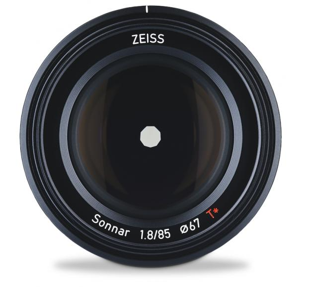 Zeiss Batis 1,8/85: Naheinstellgrenze 710 mm, Gewicht 475 g,  Preis (Handel/UVP) 1.199 €/1.199 €