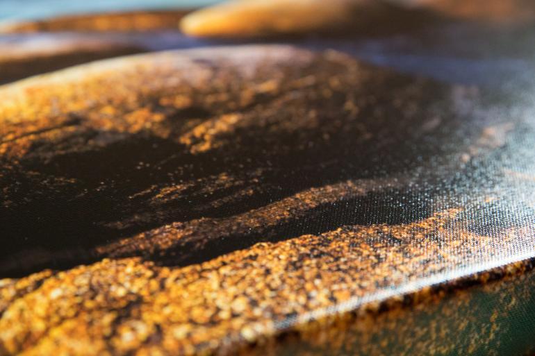 Im Detail lässt sich das Gewebe der Leinwand deutlich erkennen.