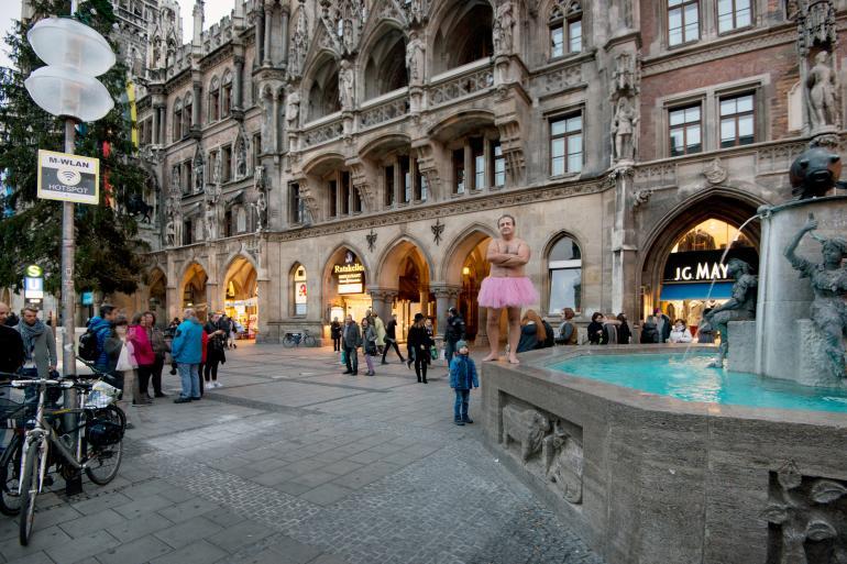 Bob Carey am historischen Fischbrunnen am Marienplatz in München.